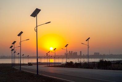 太阳能路灯选择使用锂离子电池的优势和可能出现的风险;